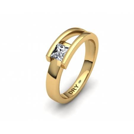 Anillo con Diamante Princesa en oro amarillo de 18k