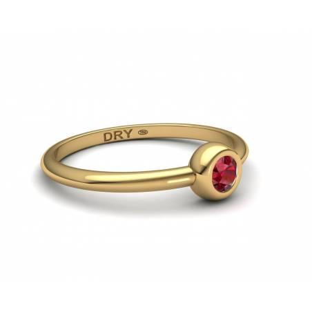 Anillo apilable con un rubí natural de oro amarillo de 18k