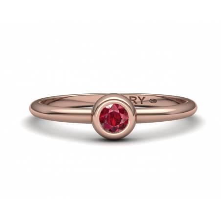 Anillo delicado con un rubí natural de oro rosa de 18k