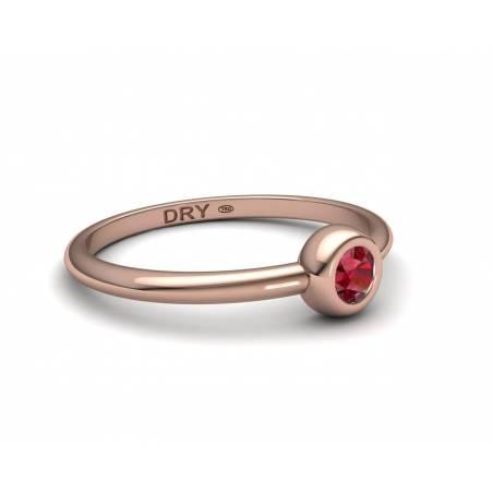 Anillo apilable con un rubí natural de oro rosa de 18k