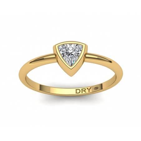 Anillo diamante talla triángulo en oro amarillo 18k