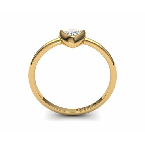 Anillo de compromiso con un diamante talla triángulo en oro amarillo 18k