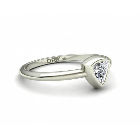 Anillo de compromiso con un diamante talla triángulo en oro blanco 18k