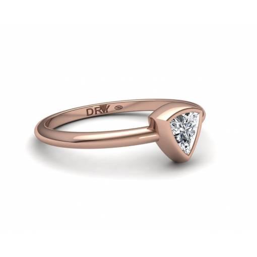 Anillo de compromiso con un diamante talla triángulo en oro rosa 18k