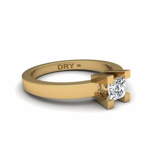 Anillo de compromiso con diamante princesa en oro amarillo de 18k