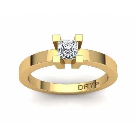 Anillo con diamante princesa de 0.40 quilates en oro amarillo de 18k