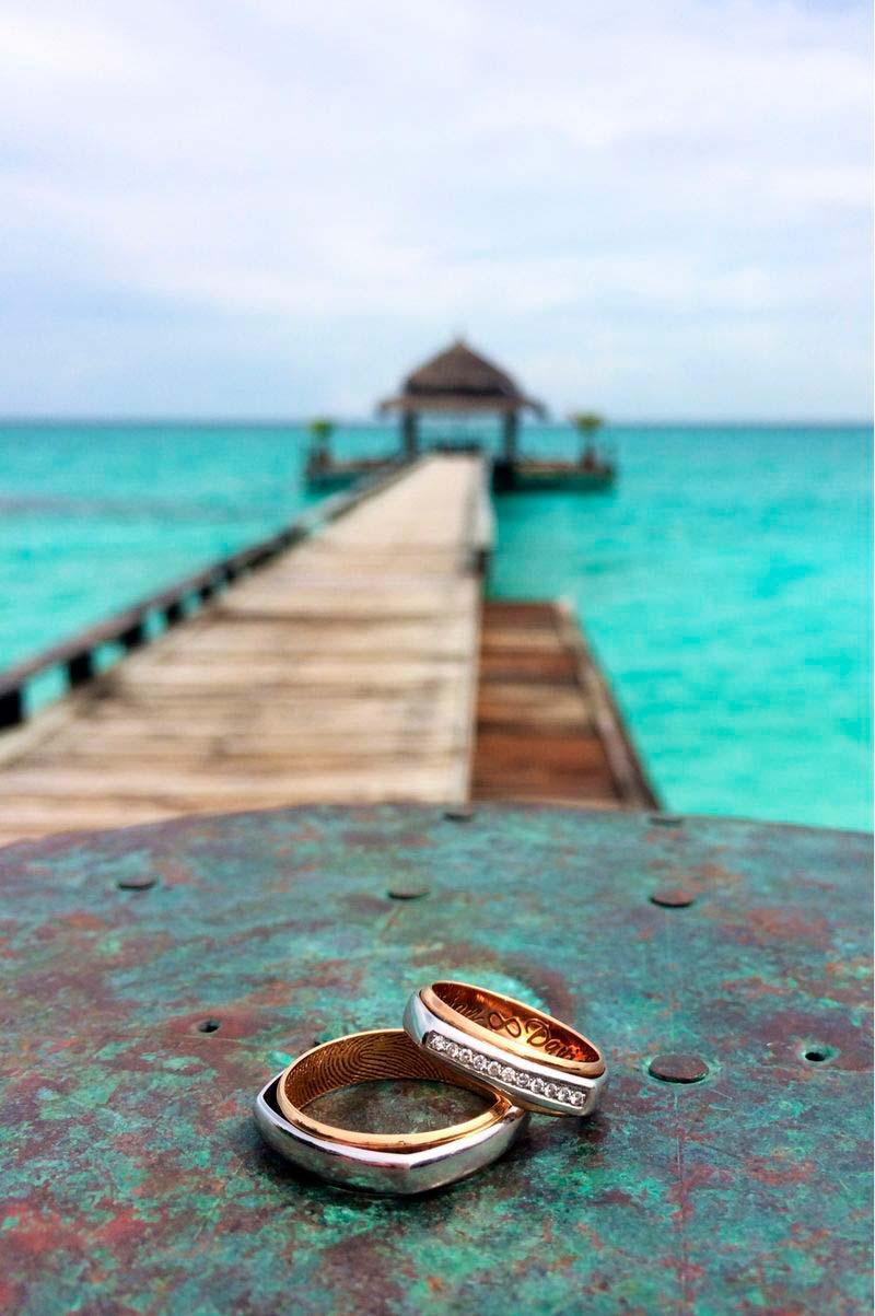 Alianzas cuadradas con diamantes de oro rosa y blanco en las Islas Maldivas