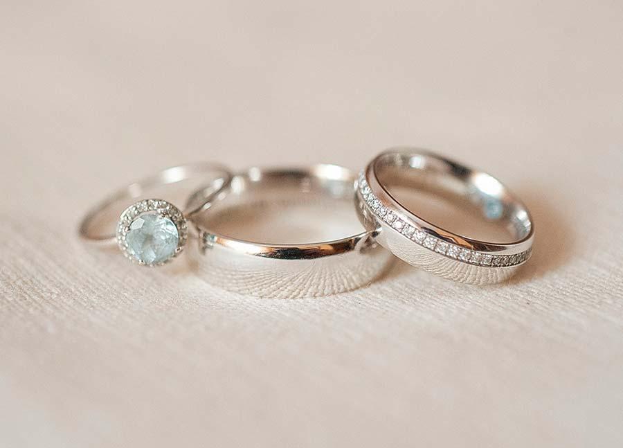 Alianzas con diamantes infinitos en oro blanco